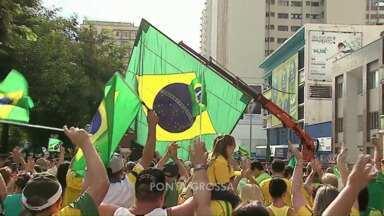 Milhares de pessoas sairam ás ruas em várias cidades do Paraná - Os manifestantes criticaram o governo e pediram o fim da corrupção