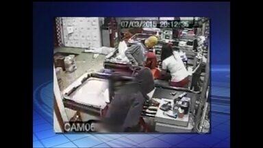 Bando rouba mercado em São Miguel Arcanjo e agride gerente - Imagens do circuito interno de um supermercado em São Miguel Arcanjo (SP) registraram a violência de criminosos durante um assalto. O gerente foi agredido com golpes de armas pelas costas. Segundo o proprietário, pelo menos 80 pessoas, entre clientes e funcionários, estavam no comércio. Em 20 anos, esta foi a primeira vez que o estabelecimento foi roubado. Ninguém foi preso.