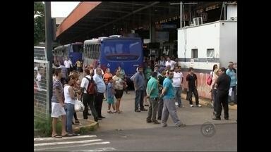 Paralisação fecha terminal rodoviário e causa tumulto em Rio Preto - Uma paralisação dos motoristas de ônibus atrapalhou o fluxo de veículos no Terminal Rodoviário de São José do Rio Preto (SP) na tarde desta segunda-feira (16). A paralisação durou cerca de uma hora e atrasou o horário de embarque e desembarque de milhares de usuários do terminal, tanto em ônibus circulares como nos intermunicipais.