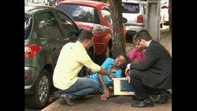 Homem fica quase quarenta e cinco minutos esperando atendimento do Samu - O senhor estava caído próximo ao Fórum de Londrina. A direção do Samu informou que o tempo está dentro da média para casos de menor gravidade.