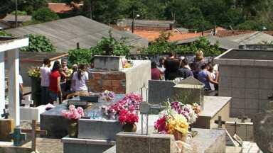 Comoção e tristeza no sepultamento das vítimas do acidente de ônibus - A maioria de União da Vitória, mas duas delas eram de Carambeí