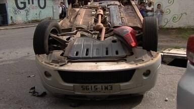 Colisão envolvendo dois carros deixa trânsito lento em avenida de Goiânia - Veículos ficaram atravessados no cruzamento das avenidas T-47 e T-2.