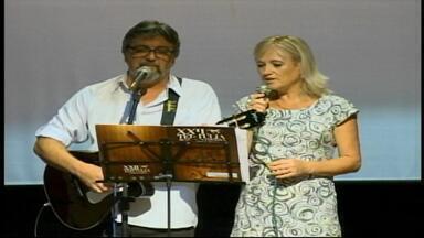 Festival da Mulher reúne centenas de pessoas no Teatro Municipal de Uruguaiana, RS - Local abrigou apresentações artísticas, palestras e outras atividades.