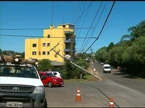 Caminhão bate em postes e moradores ficam sem luz - Foi no bairro Três Vendas.