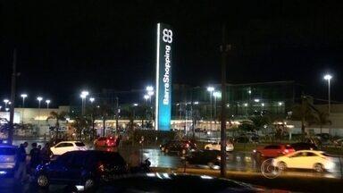 Policiais trocam tiros com bandidos na Barra da Tijuca - Policiais trocaram tiros com bandidos que roubaram um carro na noite de quarta-feira (18), na Avenida das Américas, perto do BarraShopping. Um deles, menor de idade, foi baleado e morreu. O outro foi preso em flagrante.