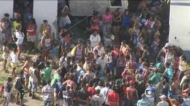 Batalhão do Choque faz reintegração de posse no RJ - A Binário do Porto está interditada na altura da Rua Professor Pereira Reis. O terreno pertence à Cedae. Um grupo de pessoas faz um protesto no local.