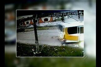 Câmeras de segurança registraram o atropelamento de uma mulher em Icoaraci - A vítima ficou caída no chão e o motorista do ônibus que teria provocado o acidente, não prestou socorro.