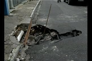 Buraco no asfalto é risco para motoristas na Cidade Velha, em Belém - Na esquina com a Aristides Lobo, o asfalto está cedendo e já ocupa boa parte da pista.
