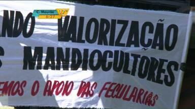 Greve dos produtores de mandioca no noroeste do estado entra no quarto dia - Os manifestantes estão bloqueando a entrega de mandioca em 24 fecularias da região e prometem fazer bloqueio em outras duas a partir de hoje