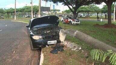 Carro bate em poste em cruzamento de avenidas em Ribeirão Preto - Motorista disse que desviou para não bater em moto e atingiu poste.