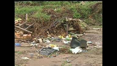 Moradores de Alter do Chão denunciam formação de lixão em rua na vila - Rua fica atrás do barracão dos botos.