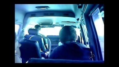 Criança de 11 anos filma motorista de van agredindo colega; veja o vídeo - Um motorista de uma van escolar é acusado por mães de Araçatuba (SP) de ter agredido duas crianças. As mães começaram a ficar desconfiadas depois que os filhos contaram que o motorista batia em algumas crianças dentro da van durante a ida para escola ou na volta para casa. Foi então que uma dessas mães pediu para a filha, de 11 anos, gravar um vídeo dentro da van. Ela conseguiu fazer as imagens.