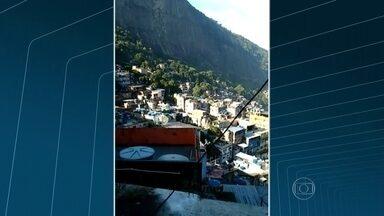PMs são encurralados por traficantes durante tiroteio na Rocinha - Bandidos e agentes do Batalhão do Choque entraram em confronto. Um morador enviou imagens do tiroteio desta terça-feira (31). No fim de semana, moradores já tinham ouvido muitos tiros.