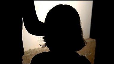 Homem é linchado e preso após suspeita de estupro em Elisiário - Um homem foi linchado e preso em Elisiário (SP) nesta segunda-feira (30), ele é suspeito de estuprar uma menina de seis anos. O homem era fugitivo da penitenciária de Lucélia (SP), na região de Presidente Prudente, onde também respondia por um crime de estupro. O acusado foi levado para a cadeia de Catanduva (SP).