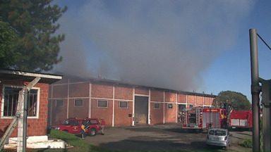 Incêndio destrói madeira que estava em galpão - O fogo começou de madrugada.