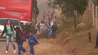 Pedestres dividem espaço com carros em Ponta Grossa - A rua está em obras, e segundo os moradores, fica uma confusão.