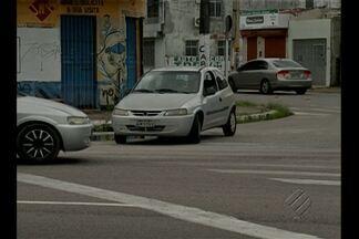 Carro é flagrado trafegando na contramão no trânsito de Belém - Motorista que seguia pela avenida Pedro Álvares Cabral com a avenida Doutor Freitas veio na contramão e parou em cima da faixa de pedestres.