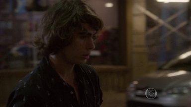 Arrasado com flagra, Pedro vai embora - Karina e Cobra afirmam que se consideram quase irmãos e confessam que ainda gostam dos ex