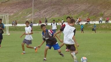 Nacional faz peneira para 'recrutar' novos talentos - Aderbal Lana e Paulo Morgado, técnico e auxiliar do time profissional, avaliaram pessoalmente cerca de 500 jovens no CT do clube.