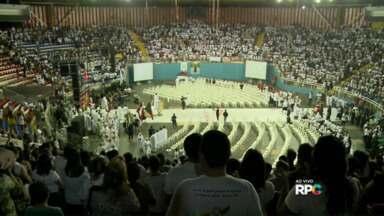 MIssa dos Santos Óleos reúne diversos fiéis no Moringão - A missa abençoa os óleos usados no batismo, na crisma e na unção dos enfermos.