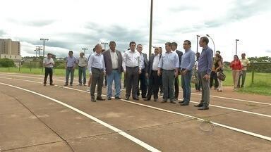 Ministro do Esporte visita ginásio Guanandizão e Parque Ayrton Senna em Campo Grande - Por causa da chuva, a ida ao estádio Morenão foi cancelada. Mesmo assim, George Hilton prometeu reforma no local até as Olimpíadas.