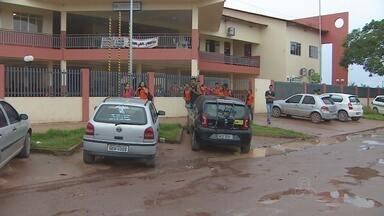 Estudantes protestam contra infraestrutura danificada e falta limpeza na escola - Protesto na zona norte de Macapá. Estudantes se uniram numa manifestação para cobrar professores e mais atenção com estrutura e limpeza do colégio.