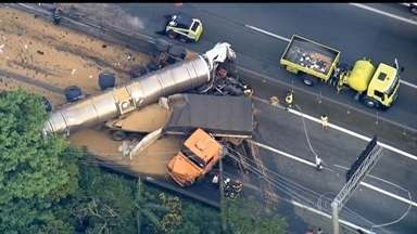 Homem morre em acidente com quatro caminhões em SP - Um acidente com quatro caminhões interrompeu por treze horas um dos acessos de São Paulo ao Litoral. Um homem morreu.