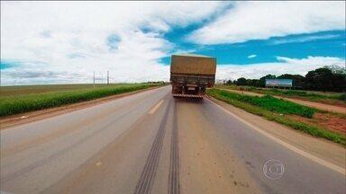 Dependência do transporte rodoviário impõe custo alto à produção agrícola - Diariamente, o Brasil tem exemplos de como é ruim depender do transporte rodoviário. Às vezes, isso torna-se mais evidente, como ocorreu durante uma greve de caminhoneiros que entupiu as estradas.