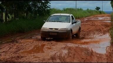 Moradores da zona rural têm dificuldade para trafegar por estrada, em Jataí, GO - Buracos estão comprometendo até o transporte de alunos para escola.