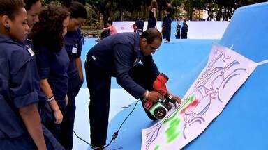 Jovens se reúnem para reformar pista de skate em Campo Limpo - Atráves do projeto social do grafiteiro Job Leocádio, os jovens se juntaram e tamparam buracos, além de usarem técnicas de grafite para fazer vários desenhos no espaço, que fica na zona sul da capital.