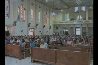 Fiéis da igreja católica participam de celebrações do Cristo Morto - Em Cruz Alta, RS, a data foi celebrada na Igreja de Fátima e na Catedral do Divino Espírito Santo.