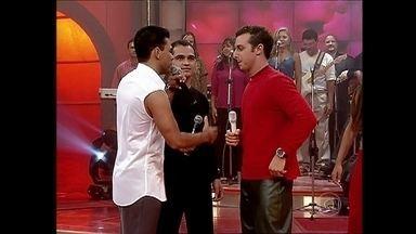 Zezé Di Camargo e Luciano se divertem com imagens do primeiro Caldeirão - Dupla repete sucesso que embalou a estreia do programa