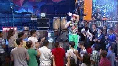 Bell Marques agita a plateia do Altas Horas - Cantor se apresenta com o grande sucesso '100% você'
