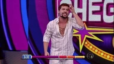 Léo Castro contagia o público em ritmo de samba - Carioca mostra irreverência no palco