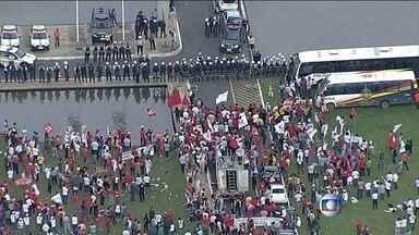 Manifestantes protestam contra projeto de lei da terceirização - Em algumas capitais, manifestantes protestam contra o projeto de lei da terceirização, a favor da reforma política e em defesa da Petrobras.