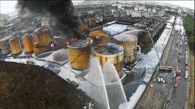 Prejuízos de incêndio em Santos podem chegar a R$ 5 milhões - Quatro mil litros de um produto químico chegaram nesta terça-feira (7) em Santos para ajudar a combater o incêndio. É uma espécie de gelatina que é usada junto com a espuma e ajuda a abafar o fogo.