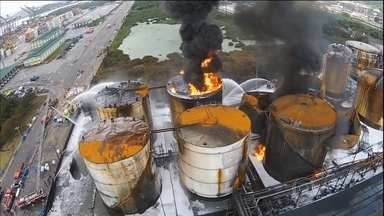 Espuma especial não contém incêndio em Santos, em SP - Por alguns minutos, o incêndio parecia controlado. Mas, no começo da tarde desta quarta-feira (8), as labaredas aumentaram novamente. Segundo os bombeiros, fissuras em um tanque fizeram o fogo voltar. As equipes retomaram o trabalho de resfriamento.
