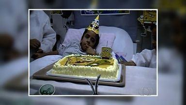 Siamês separado completa 6 anos e ganha festa em hospital de Goiânia - Equipe médica abriu exceção na dieta e Heitor pôde até comer pedaço de bolo. Ele segue internado na UTI; irmão gêmeo morreu 3 dias após a separação.