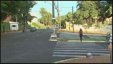 Motoristas pedem rua de sentido único no bairro Lagoinha em Ribeirão Preto, SP - Segundo eles, grande número de carros e motos prejudica trânsito nos horários de pico.