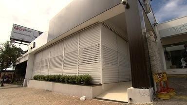 Morre cliente baleado em troca de tiros na porta de boate, em Goiânia - O homem de 29 anos que foi baleado durante uma troca de tiros na porta de uma boate do Setor Marista, em Goiânia, morreu na noite desta quarta-feira (8). Ele estava internado na Unidade de Terapia Intensiva (UTI) do Hospital de Urgências de Goiânia (Hugo) em estado grave e não resistiu aos ferimentos.