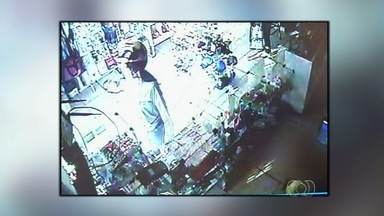 Câmera flagra jovem e menor durante roubo a loja em Jataí, GO - Com uma faca, suspeitas entram em comércio e levam dinheiro e produtos. Polícia Militar fez buscas na cidade e deteve dupla logo após ação.