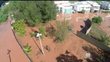 Condomínio de luxo onde mora governador do Piauí alaga após chuva - Segundo relato de moradores, pelo menos 10 casas estão alagadas.Além disso, um trecho da BR-343 cedeu próximo ao condomínio e foi interditado por conta de alagamentos.