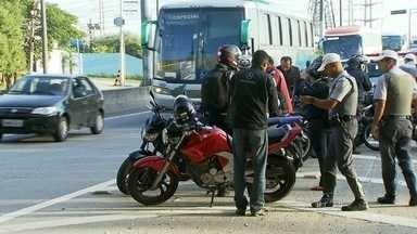 Polícia faz blitz para fiscalizar motoqueiros nas marginais Tietê e Pinheiros - Na Operação Cavalo de Aço policiais montaram seis pontos de bloqueio nas marginais para apreender motos roubadas e também para verificar se os motociclistas estão cumprindo as regras de trânsito.