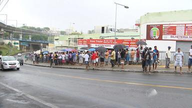 Torcedores fazem fila para comprar ingressos para jogo do Bahia - Mesmo debaixo de chuva, a torcida demonstrou apoio ao time, que enfrenta novamente o Sport no próximo domingo dentro de casa.