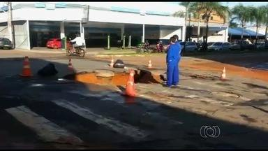 Motociclista cai em buraco na Avenida Castelo Branco, em Goiânia - Problema começou após um vazamento na rede de água. Em outro ponto da cidade, caminhão da coleta de lixo ficou com rodas presas em buraco após asfalto ceder.