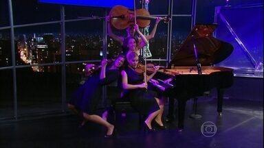 Confira apresentação musical das meninas do Salut Salon - Com um piano, um violoncelo e dois violinos, elas reinventam peças clássicas e fazem uma mistura absolutamente fantástica