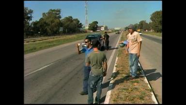 Manifestação de trabalhadores terceirizados ocorre no estaleiro Rio Grande - Como protesto, os manifestantes pediram dinheiro a quem passava no local.