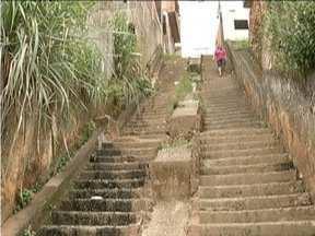 Moradores reclamam dos problemas no Bairro Morro do Carmo, em Coronel Fabriciano - Moradores dizem que quando chove, uma enxurrada impossibilita a passagem.