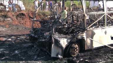 Duas pessoas morrem e dezoito ficam feridas em um acidente no Noroeste do Estado - Um ônibus da Secretaria de Saúde de Atalia pegou fogo após bater na traseira de um caminhão.