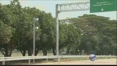 Radares começam a funcionar na segunda-feira na avenida que liga Santos Dumont à Viracopos - Dois radares começam a funcionar na segunda-feira (13) na avenida que liga a Rodovia Santos Dumont ao Aeroporto de Viracopos. A multa varia de R$ 85 e R$ 574, o motorista pode perder até sete pontos na carteira.